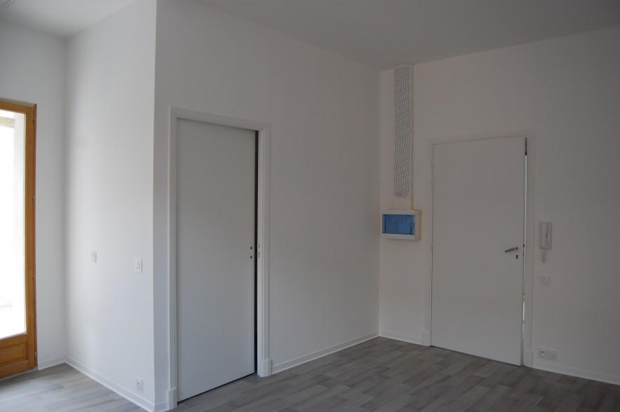 Entrée du studio, pièce principale et porte vers la salle de bain.