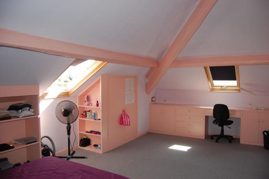 belle chambre meublée sous les toits avec un grand bureau, 2 fenêtres de toit, exposée au sud est, beaucoup de rangements