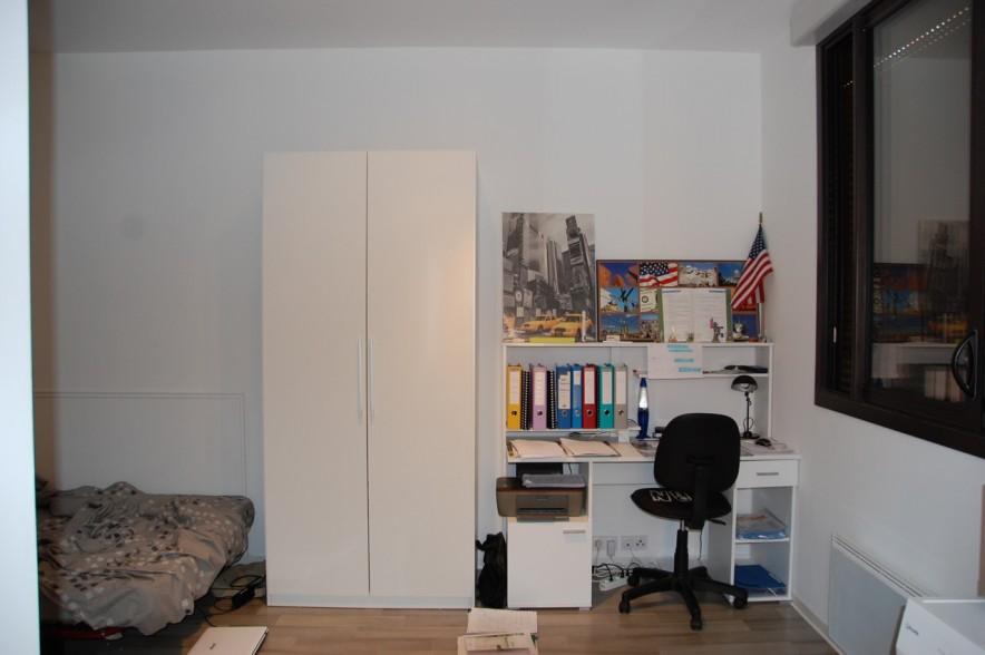 Pièce principale du studio à louer, grand espace chambre et bureau.