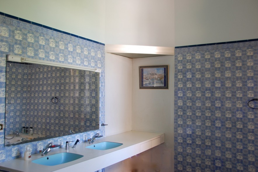 Grande salle de bain carrelée bleu.